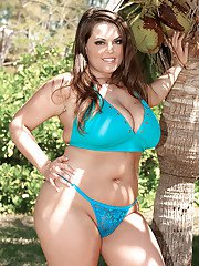 Plump Taylor Steele strips against exotic outdoor background
