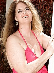 Chubby MILF babe Jeri Does showed her hot body outdoors in very sexy pink dress thongs