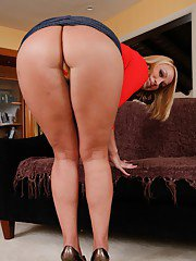 Hot MILF babe Mellanie Monroe shows off her hot ass in sexy lingerie.