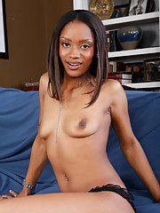 Chocolate college babe Riyanna Skie shows her terrific body