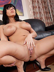 Juicy milf Veronica Rayne shows huge knockers and round ass