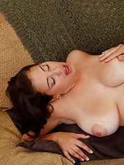 Plumper latina wife Selena Castro drilled in her moist shaved slit