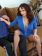 Raunchy MILF Isabella Manelli tears her pantyhose to get fucked hard