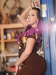 Curvaceous hottie Kelly Divine strips gorgeous ass in the garage