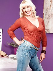 Hot mom with a round booty Andi Roxxx takes off jeans to pose naked