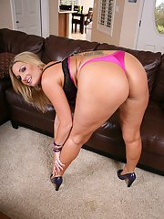 Hot MILF wife Mariah Milano takes off jeans and shows her big butt