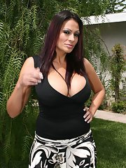 Mature Latina with a big breast Ava Lauren takes off lingerie outdoor