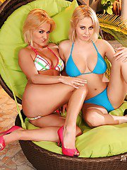 Latina MILFs on high heels Kitty and Mandy give a blowjob together