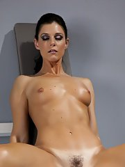 Sports MILF babe India Summer shows her tiny tits in the gym