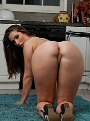 Seductive babe with ample ass Paige Turnah stripping and posing nude