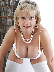 Busty mature babe on high heels posing in underwear and cotton stockings