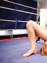 Catfight in the wrestling ring turns into hot lesbian action