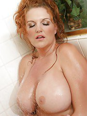 Big busted MILF Kitti Lynxxx masturbating her cunt in the shower