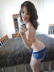 Teen coed babe Jaslene Jade spreading her legs and shows her pussy
