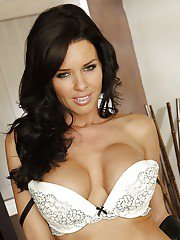 Steaming hot MILF in stockings Veronica Avluv stripping on the bed