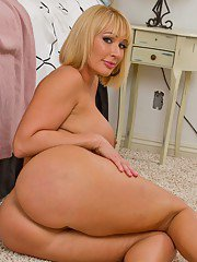 Steaming hot MILF with big butt Mellanie Monroe gets rid of her clothes