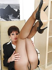 Mature fetish lady in ripped pantyhose exposing her inviting pussy