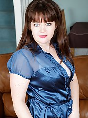 Chubby mature brunette Suzzanne Midsummer undressing and toying her twat
