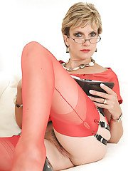 Mature fetish lady in glasses getting bottomless and spreading her legs