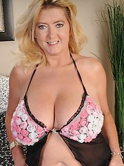 Hungry mature fatty Tahnee Taylor is doing nasty things on camera