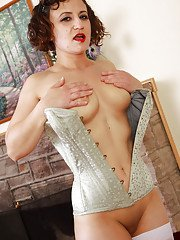 Mature babe in white corset Anna is the big fan of long preludes