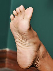 Trusted amateur Latina babe Sweet Mango is busy with foot fetish game
