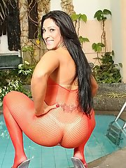 Close up posing with fantastic milf Latina Stephany Rodrigues at the pool