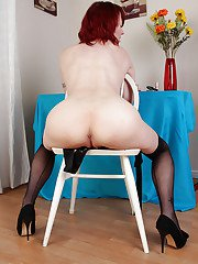 Mature Scarlet Rose decided to undress and pose naked on the cam