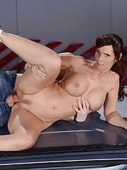 Big titted milf Syren De Mer gives a blowjobs and gets a cunnilingus