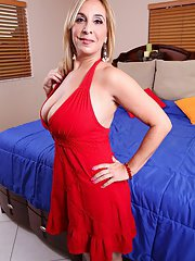 Cool mature Sophia Jewel prefers posing in lingerie and fingering