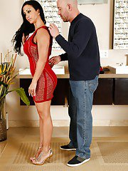 Brunette Jewels Jade gives handjob and wet blowjob in the bath