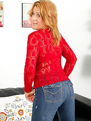 Mature chick with an perfect ass Jamie Johansson posing in jeans