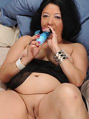 Mature slut Isis Fajardo plays with her fatty pussy with her toys