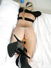 Masturbating milf Jessica dose it with the use of her sex toys