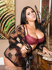 Glamorous Latina wife Diamond Kitty shows her nice high heels