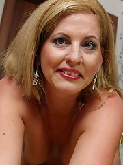 Mature woman with tiny tits Laura Oswald is poking her sweet hole