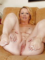 Amateur fat Brandie Sweet stretches her hot shaved puss with pleasure