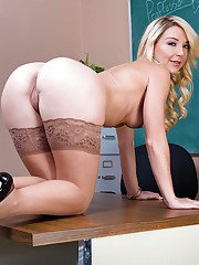 Milf Laura Bentley shows her ass before hardcore fucking session