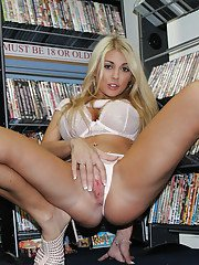 Beauty blonde Kayla Kayden stretches her lovely juicy hole publicly