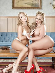 Blondes Carter Cruise and Phoenix Marie are humping like lesbies