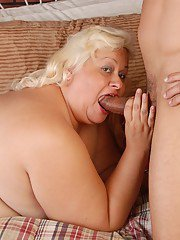 Fatty blonde Lisa bangs with older man right in her hairy puss