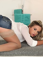 Amateur blonde Vienna Reed slowly takes off her lingerie like a pro
