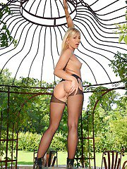 Babe blonde Tracy Lindsay shows her gorgeous naked body and pussy