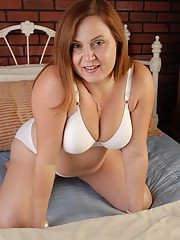 Sexy fatty Jessica is posing on her knees and spread legs on cam