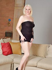 Mature blonde Jaden demonstrates her gorgeous naked shape in the bed