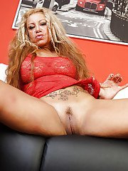 Mature Latina Alexa Blun is spreading her legs on the leather sofa