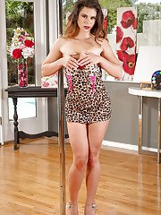 Seductive MILF Bentley shows shes a wife that can entertain her man