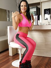 Brazilian fitness chick Liandra Andrade working out in yoga pants