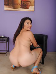 Chubby older lady Rosi gets completely naked for the first time