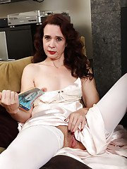 Mature brunette lady Sable Renae masturbating hairy cooter close up